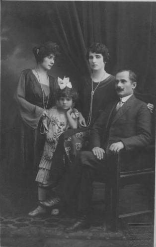 """De la stanga la dreapta: Strabunica, bunica, stra-strabunica si fratele stra-stra-bunicii, negustorul Grigore Filio(s). Singurii mei stramosi ne-romani au venit dintr-un oras cu o importanta burghezie aromana -Coriţa/Curceaua/Korçë, Albania. Si, daca nu ar fi fost ipoteza """"aromanitatii"""" strabunicii, care mi-a tinut loc de bunica materna, probabil ca azi nu as mai fi scris acest post."""